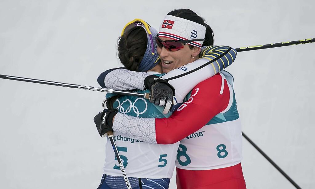 KLEM: Marit Bjørgen skled rett bort og gratulerte Kalla med seieren etter målgang. Drøye åtte sekunder skilte de to. Foto: Bjørn Langsem / Dagbladet