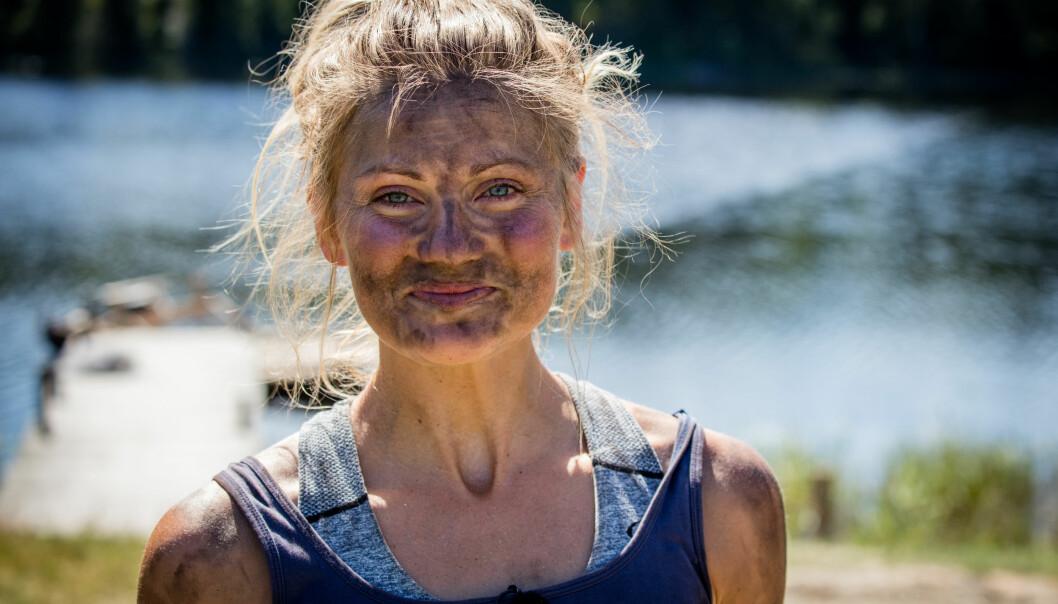 ALLTID BLID: Martine Ek Hagen kom seg gjennom «Farmen»-oppholdet uten problemer. Her etter kveldens smi-konkurranse, som mildt sagt ble en møkkete affære. Foto: Alex Iversen / TV 2