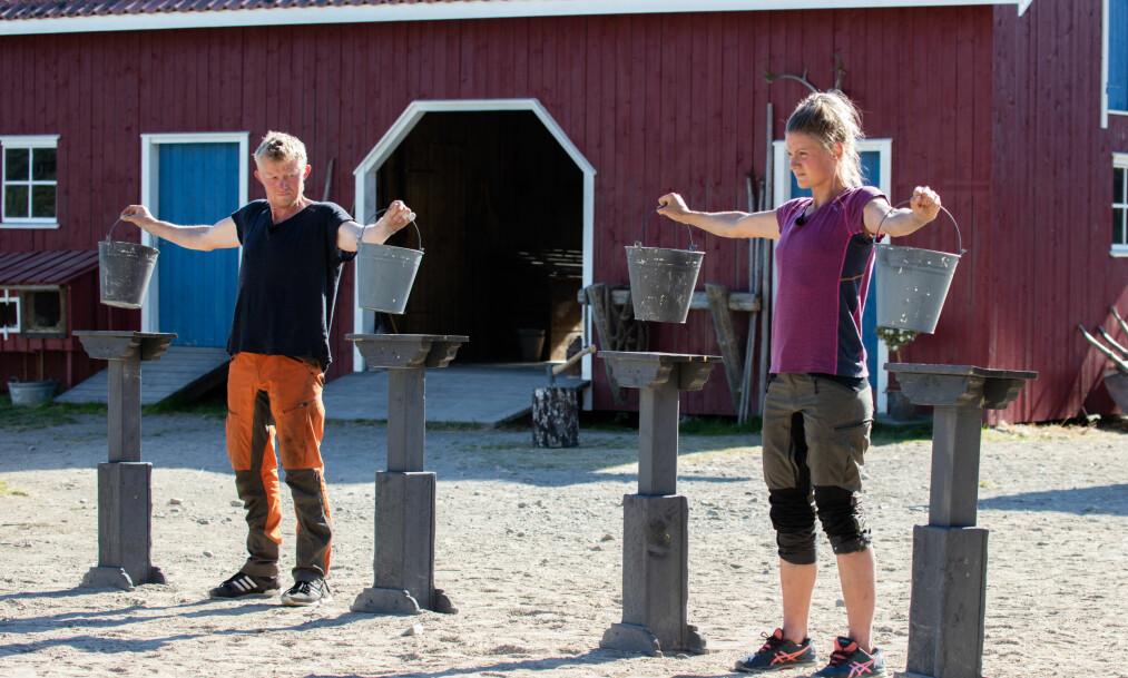 SEIG KAMP: Pål Anders Ullevålseter (49) og Martine Ek Hagen (26) satte ny «Farmen»-rekord i kveldens melkespannkonkurranse. Til slutt var det sistnevnte som måtte slippe spannene. Foto: Alex Iversen / TV 2