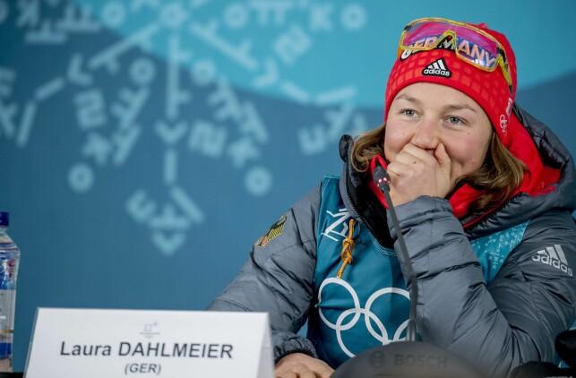 HEMMELIGHETSFULL: Gullvinner Laura Dahlmeier smilte godt på spørsmål om hvordan hun klarte å holde fokus i de vanskelige skyteforholdene på standplass. - Det er min hemmelighet, gliste hun.