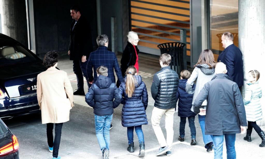 PÅ BESØK: Familien er lørdag samlet hos prins Henrik på Rigshospitalet i København. Foto: NTB Scanpix