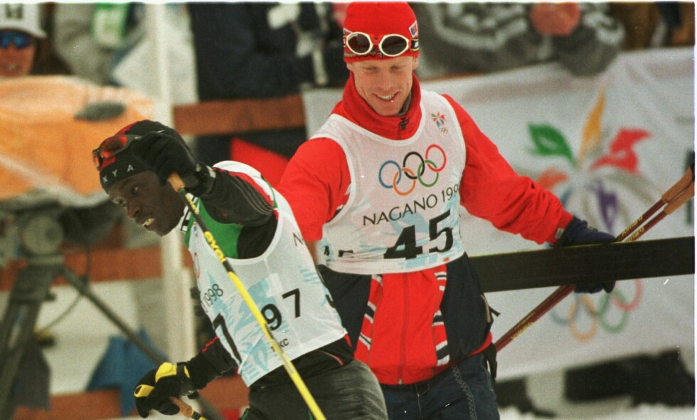 Philip Boit har lenge vært den eneste utøveren fra Kenya som har deltatt i vinter-OL. Nå er den andre klar til å vise seg frem i Pyeongchang. Her blir han tatt imot av Bjørn Dæhlie etter løpet i Nagano i 1998. Foto: NTB scanpix/Lier, Gunnar