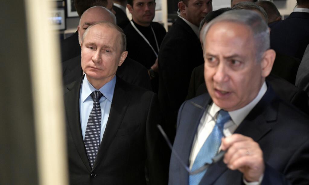 RINGTE PUTIN: Israels statsminister Benjamin Netanyahu ringte Russlands president Valdimir Putin lørdag etter at et israelsk kampfly ble skutt ned over Syria. Her er de to i Moskva 29. januar i år under markeringen av 75-årsdagen for det jødiske museet i den russiske hovedstaden. Foto: Alexei Nikolsky, Kreml/Reuters/NTB Scanpix.