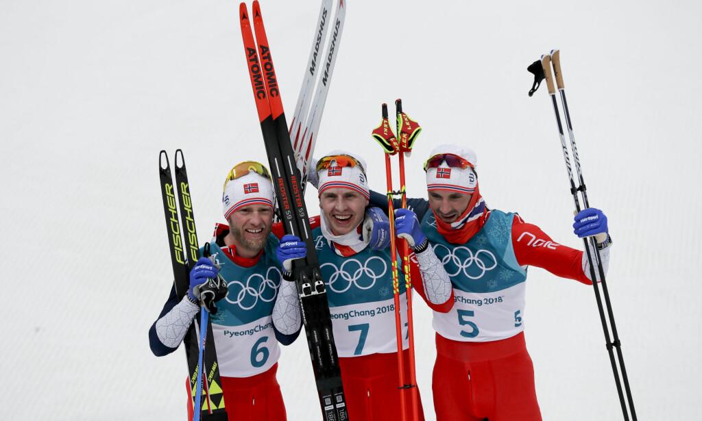 FULL POTT: De norske langrennsgutta lykkes fullt ut i lagtaktikken i dag. Simen Hegstad Krüger (i midten) vant et sensajonelt OL-gull foran Martin Johnsrud Sundby og Hans Christer Holunf. Foto: NTB Scanpix