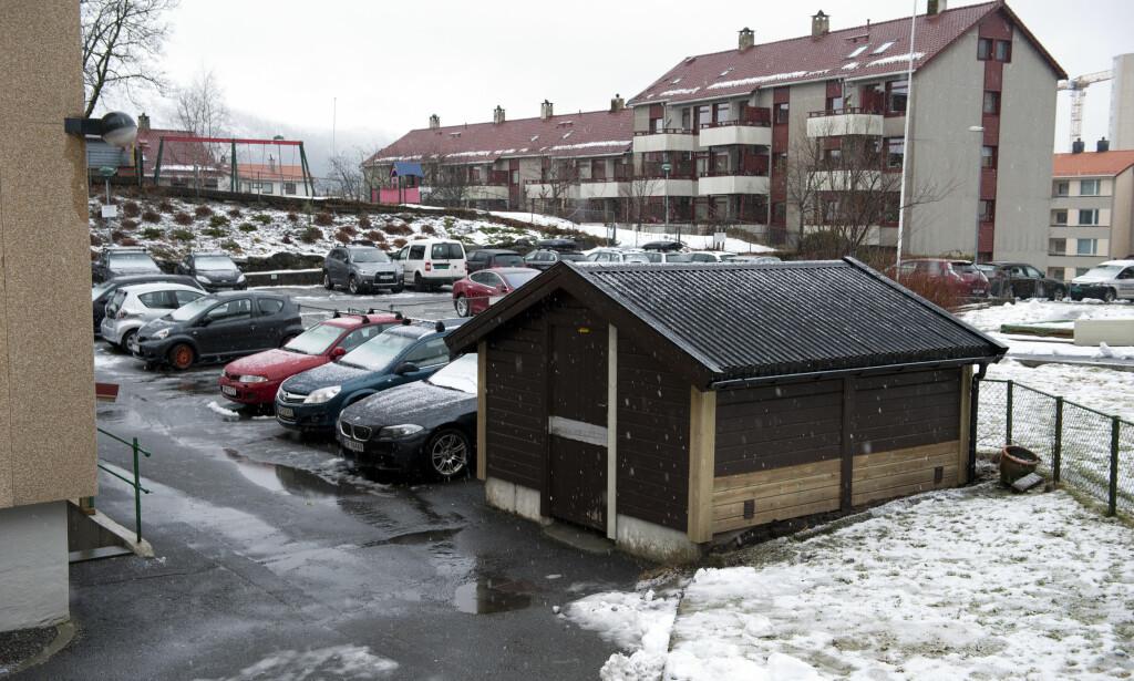 FANT DRAPSVÅPEN: Den drapssiktede 43-åringen fortalte politiet at han hadde gjemt drapsvåpenet i denne boden utenfor leilighetskomplekset der han har bodd sammen med sin 70 år gamle mor. Foto: Tor Erik H. Mathiesen / NTB scanpix