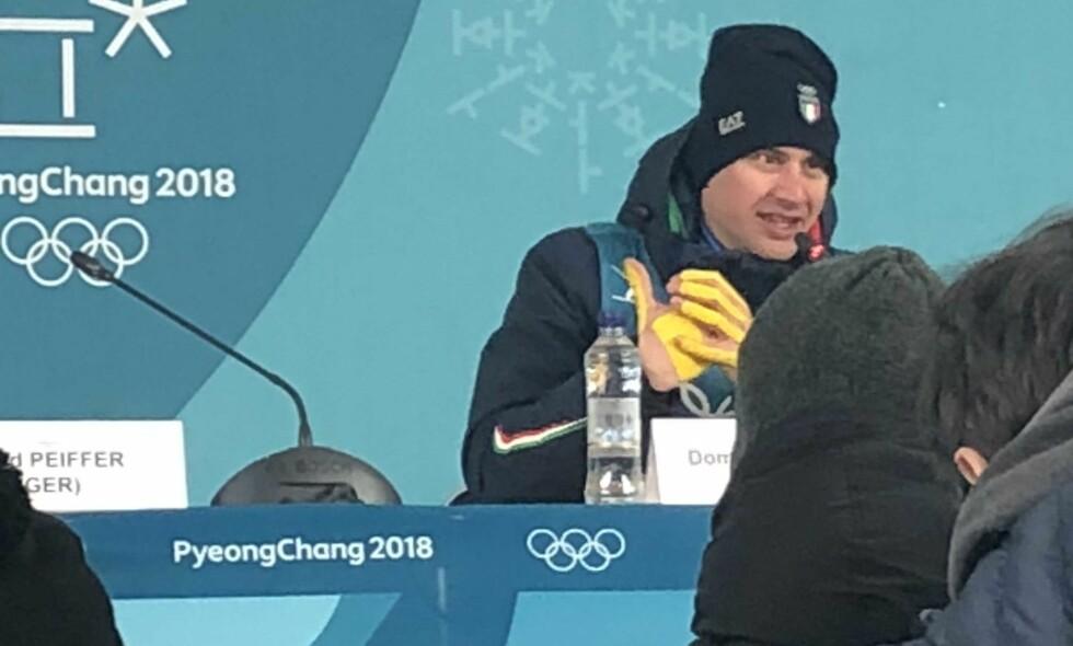 GULE HENDER: Bronsevinner Dominik Windisch viste fram hendene sine som var dekket av gul teip for å illustrere de tøffe forholdene på sprinten i kalde Pyeongchang.