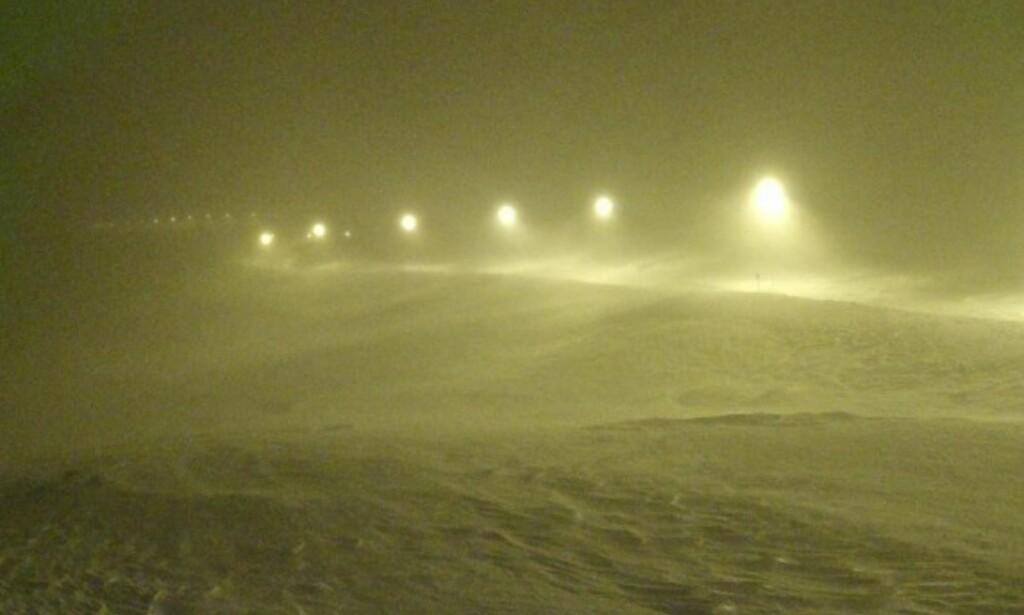 STENGT: E134 over Haukeli er stengt. Bildet er tatt ved Midtlæger klokka 20.38 søndag kveld. Foto: Statens VegvesenS