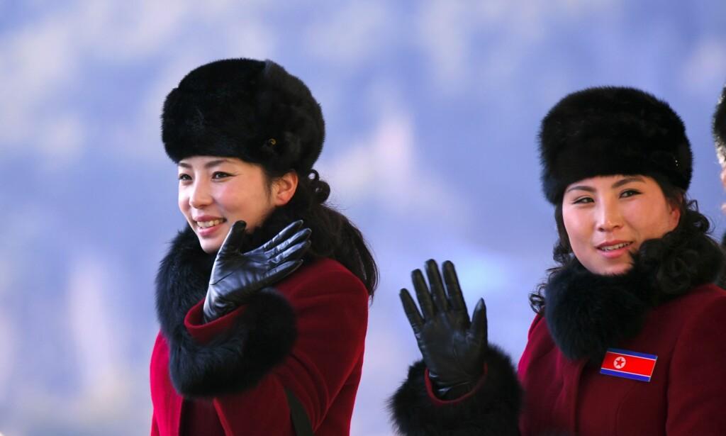 OVERVÅKES: Nordkoreanere i OL overvåkes hvor enn de går, hevder en tidligere heiadame. Her er to heiadamer fra årets OL. Foto: Jung Yeon-Je / AFP / NTB Scanpix
