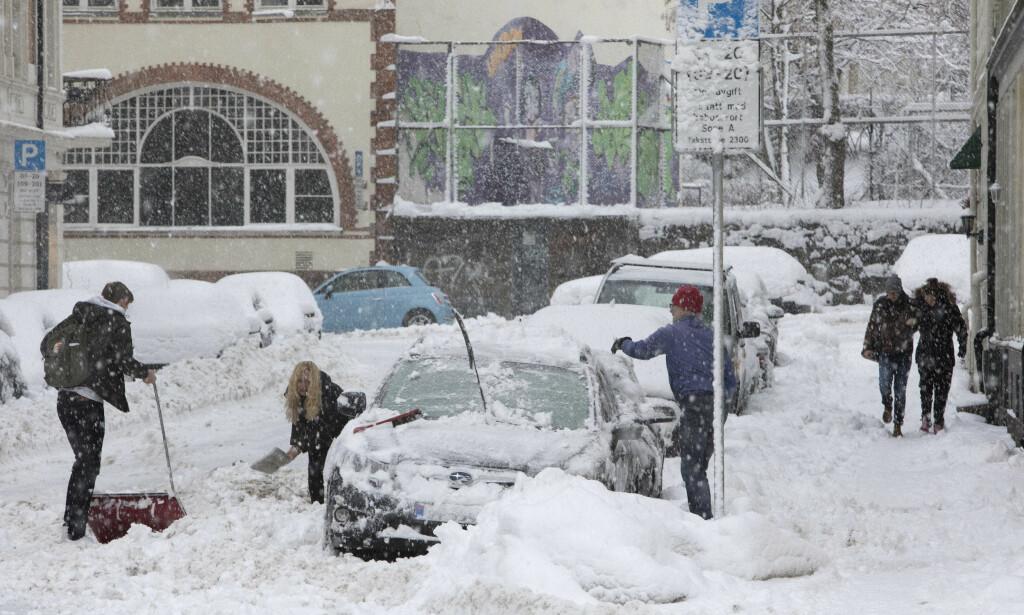 MER NEDBØR: Oslofolk våknet opp til en ny dose nedbør snø i dag. Ifølge meteorologene vil det ta noen timer før snøen gir seg. Foto: Ole Berg-Rusten / NTB Scanpix