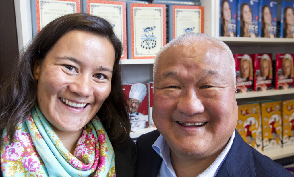 VINNENDE VESEN: Pågangsmot og sjarm har hjulpet Mr. Lee til suksess. Her med datteren Irina i forbindelse med utgivelsen av boka hennes om faren. Foto: Terje Bendiksby/SCANPIX