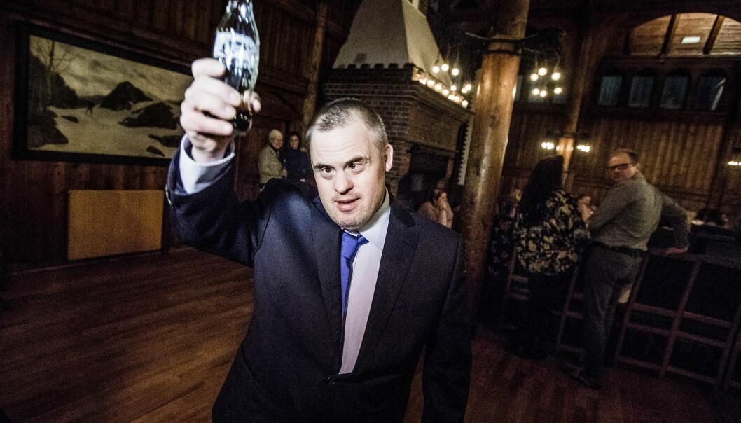 <strong>KLAR:</strong> Hans Korsgaard gledet seg til å feire serien mandag kveld. Med en cola for hånden, var festen i gang. Foto: Christian Roth Christensen / Dagbladet
