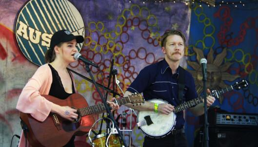 HAGEFEST: To tredeler av Darling West, Mari Sandvær Kreken og Tor Egil Kreken, på scenen på «Full Moon Barn Dance» i Texas. Foto: Øyvind Rønning / Dagbladet