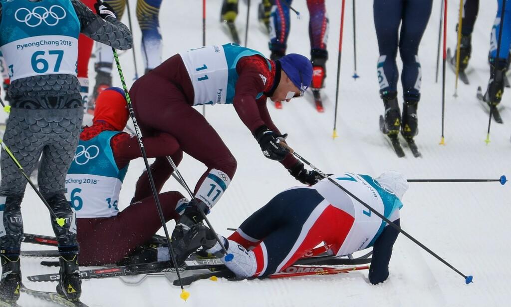 UTFORDRINGER: Vi har allerede sett at kamp om posisjoner og småknuffing kan skape problemer i OL-løypa, som for Simen Hegstad Krüger i starten av skiathlonen. Men han reiste seg på mesterlig vis, da... Foto: AFP PHOTO / Odd ANDERSEN
