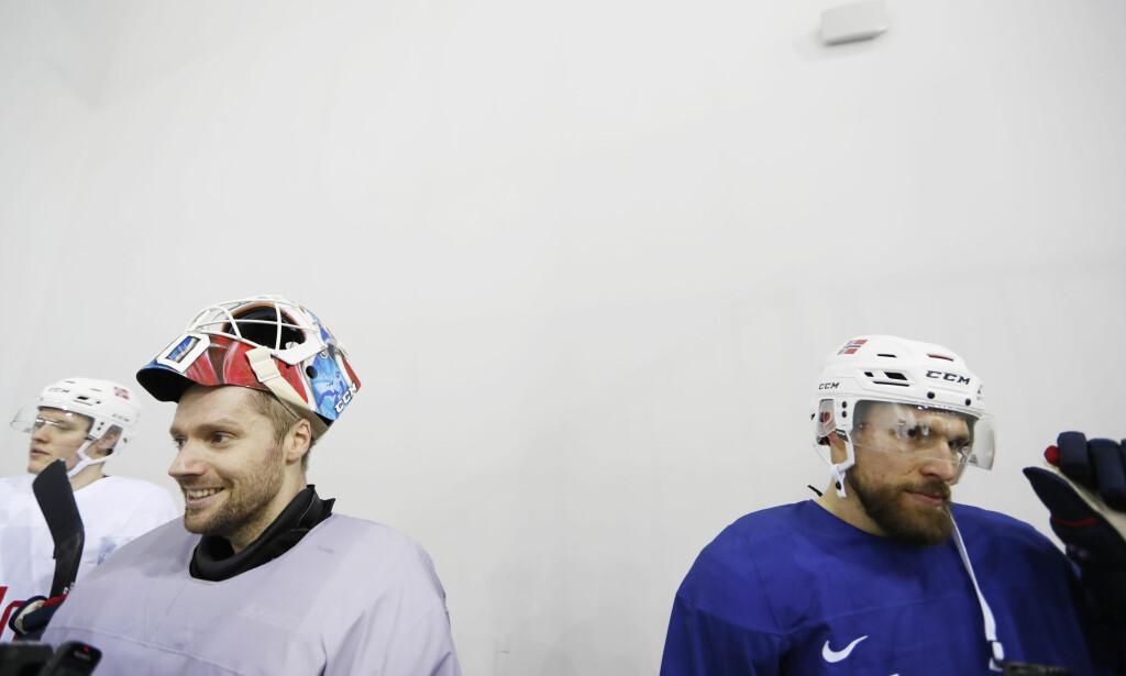 MEDFØLELSE: Målvakt Lars Haugen (t.v.) og landlagskaptein Jonas Holøs under OL i Sør-Korea. Foto: Erik Johansen / NTB scanpix