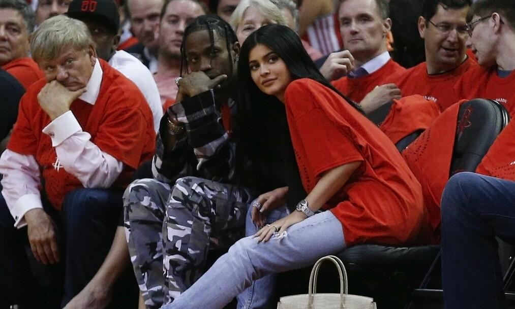 NYBAKTE FORELDRE: Kylie Jenner og Travis Scott fikk sitt første barn sammen for under to uker siden. De bor imidlertid fremdeles hver for seg. Foto: NTB scanpix