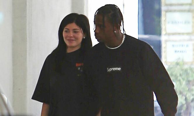 FORT I SVINGENE: Romansen mellom Kylie og rapperen ble avslørt i mai i fjor. Kun fire måneder senere begynte gravidryktene å svirre i internasjonale medier. Foto: NTB scanpix