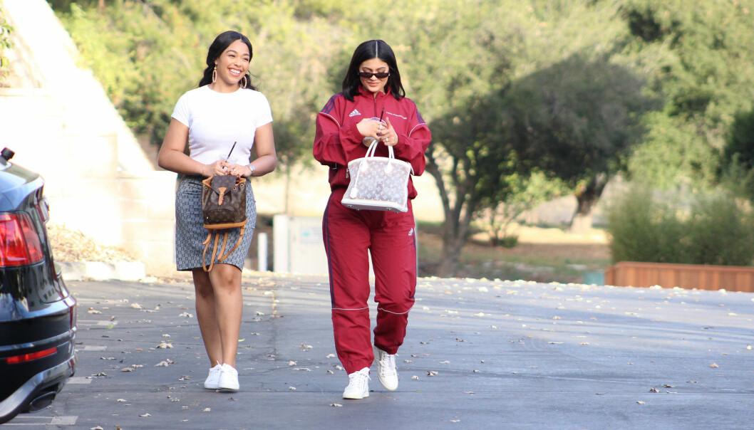 UTEN TRAVIS: Kylie Jenner har vist seg offentlig et par ganger etter fødselen, men uten Travis ved sin side. Her er hun og en venninne på vei til en babyshower i L.A. mandag. Foto: Splash News/ NTB scanpix