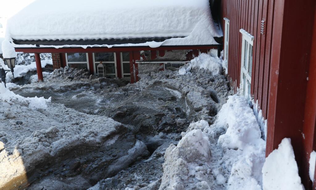 STORE SKADER: Overflatevann fra Blektjerndemningen begynte å fosse inn i bolighuset ved 08-tiden tirsdag. Foto: Terje Bendiksby, NTB Scanpix.