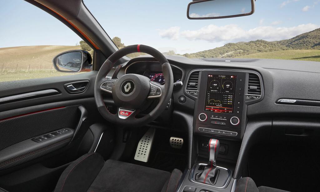 RACE-INSPIRERT: Semsket ratt, sportsstoler, alu-pedaler og konstrastsømmer. Signalene er klare. Foto: Renault