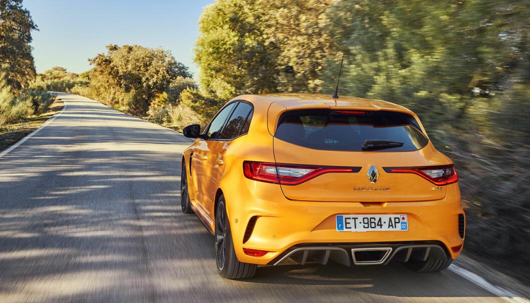 <strong>ILLSINT:</strong> Hekken oser sportslighet, med diffusere, luftutslipp og sentermontert eksos. Foto: Renault