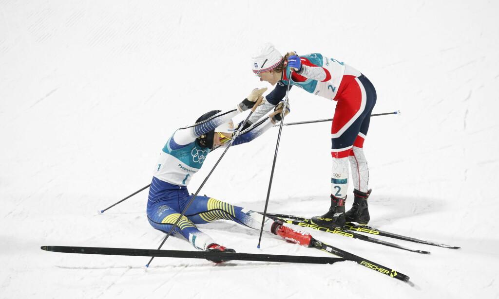 GULL- OG SØLVJENTENE: Stina Nilsson vant OL-gull i suveren stil. Maiken Caspersen Falla, som vant sølv, hjelper rivalen opp på beina. Foto: Bjørn Langsem/Dagbladet