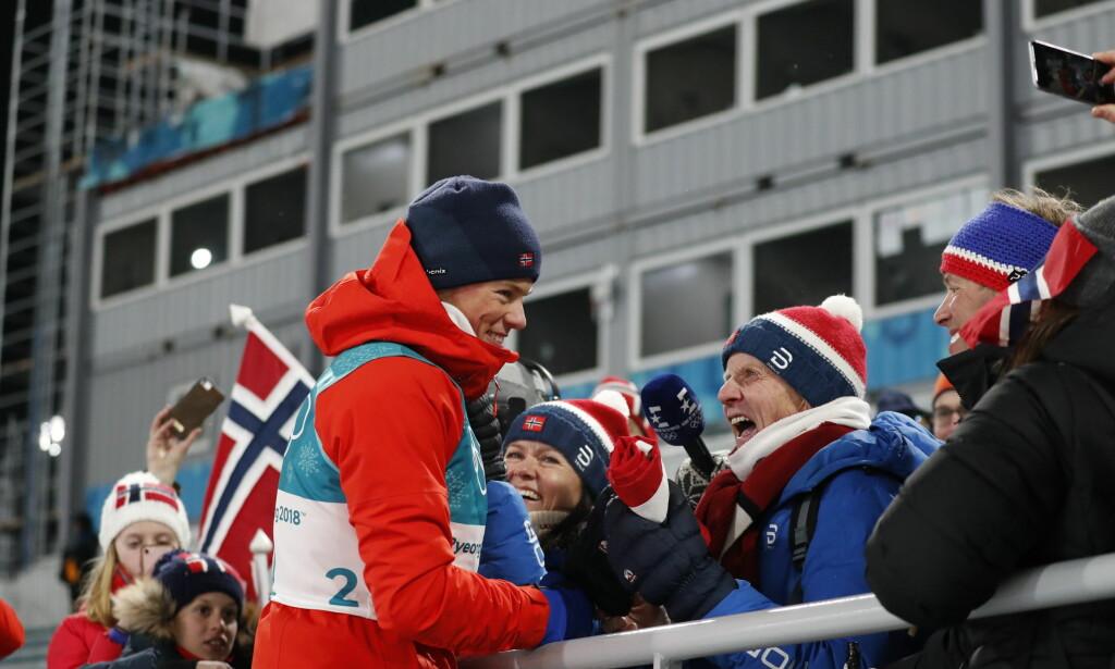 FEIRET MED MORFAR: Johannes Høsflot Klæbo fant familien på tribunen etter OL-gullet. Morfar og trener Kåre Høsflot var jublende glad over gullbragden. Foto: Bjørn Langsem/Dagbladet