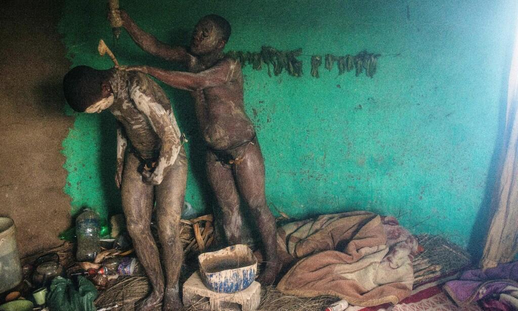 ULWALUKO: Dette bildet fra juli 2017 viser deler av den omdiskuterte seremonien. Her utfører 20 år gamle Fezikhaya Tselane og 18 år gamle Khanyisile Mapope deler av ritualet som skal gjøre dem til menn. Hvert år kommer det rapporter om dødsfall knyttet til omskjæringsritualet. <br>Foto: AFP / NTB Scanpix