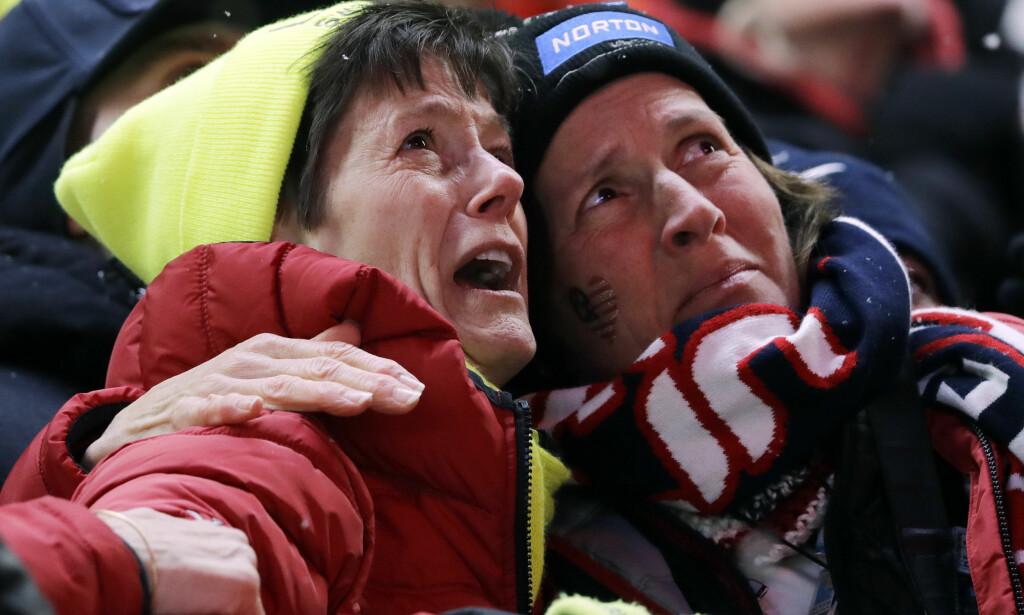STERKE FØLELSER: Sue Sweeney (til venstre) ser på storskjerm hva som skjer med datteren. Ansiktet sier alt om hva hun føler der og da. Foto: NTB scanpix