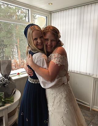 VENNINNER: Kristine Emilie Høibak-Opsahl (t.v.) og Iselin Næss, dagens brud, møttes gjennom samme barselgruppe for tre år siden og har barn på samme alder. Foto: Privat