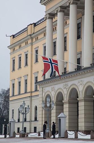 <strong>PÅ HALV STANG:</strong> Det kongelige slott i Oslo onsdag ettermiddag. Foto: Morten Eik/ Se og Hør