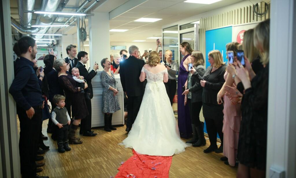 BRUDEKJOLE OG BRUDEBUKETT: Brudeparet var overveldet over hvor mye familie og venner hadde stelt i stand til bryllupet deres på bare noen dagers varsel. Foto: Human-Etisk forbund