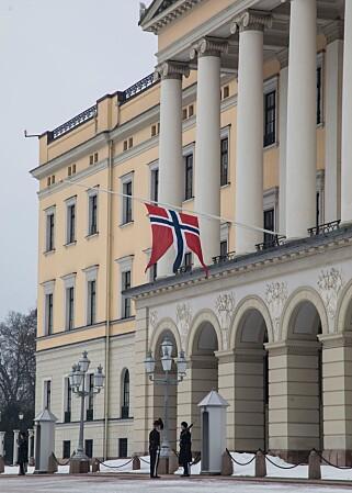 FLAGGER PÅ HALV STANG: Det kongelige slott i Oslo onsdag ettermiddag. Foto: Morten Eik/ Se og Hør