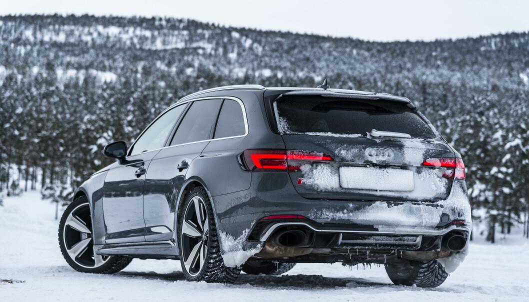 <strong>FYTTIRAKKERN SÅ FEIT:</strong> Med ganske enkle men dramatiske visuelle midler, har Audi klart å gjøre anonyme A4 til et hakeslepp med RS4. Foto: Jamieson Pothecary