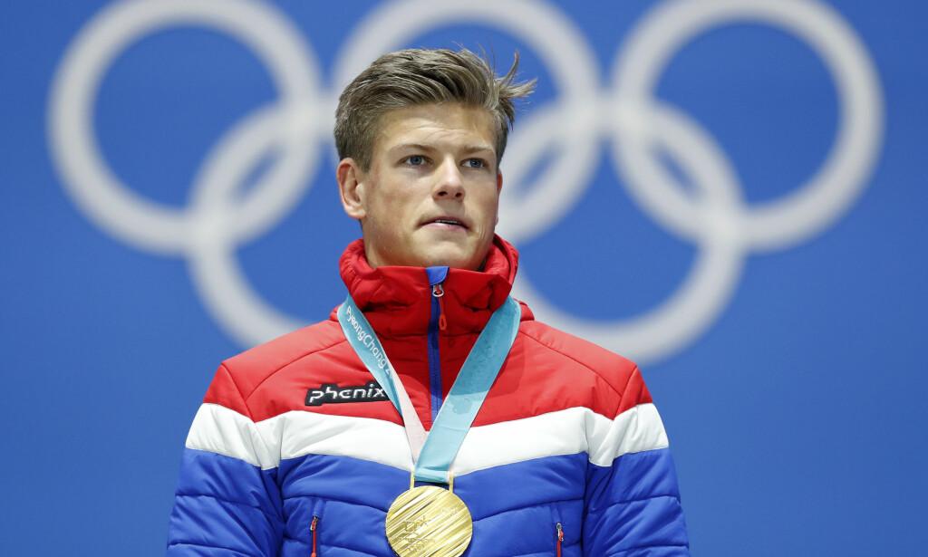 FIKK GULLET: Onsdag mottok Johannes Høsflot Klæbo gullmedaljen etter sprintseieren. Foto: NTB/Scanpix