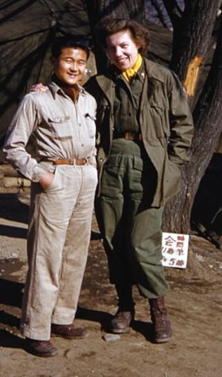 UNG LEE: Chul Ho Lee fotografert med sykepleier Kari Roll Klepstad i 1954, da Norge hadde sitt NORMASH i Korea. Behandlingen han fikk av norsk helsepersonell reddet livet hans. Foto: Forsvaret