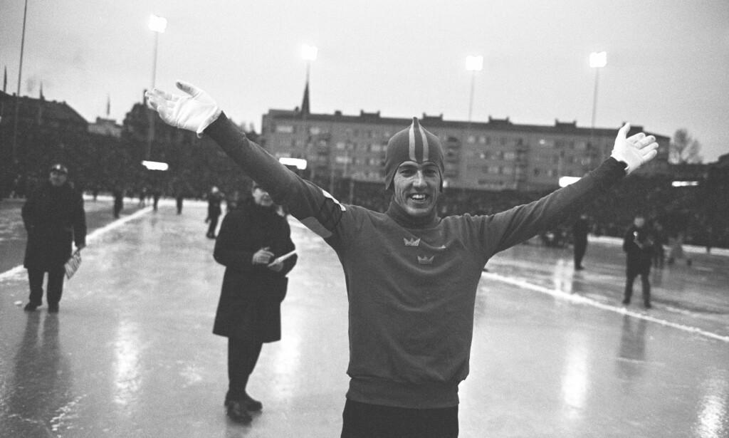 SKØYTEHELTEN: Jonny Nilsson ble selve symbolet på en skøytehelt i Sverige. Her har han satt verdensrekord på 5000 meter på Bislett. Foto: NTB Scanpix