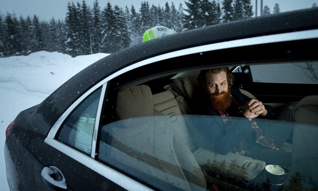 LEVER ET TAXILIV: Jeg er litt bekymret for at mine barn skal tro at alle blir kjørt rundt i flotte biler over alt. Jeg mener egentlig man bør kjøre buss, sier Kristofer Hivju som tilbringer stadig mer tid i ulike taxier. Her på vei til Gardermoen. Foto: John T. Pedersen / Dagbladet