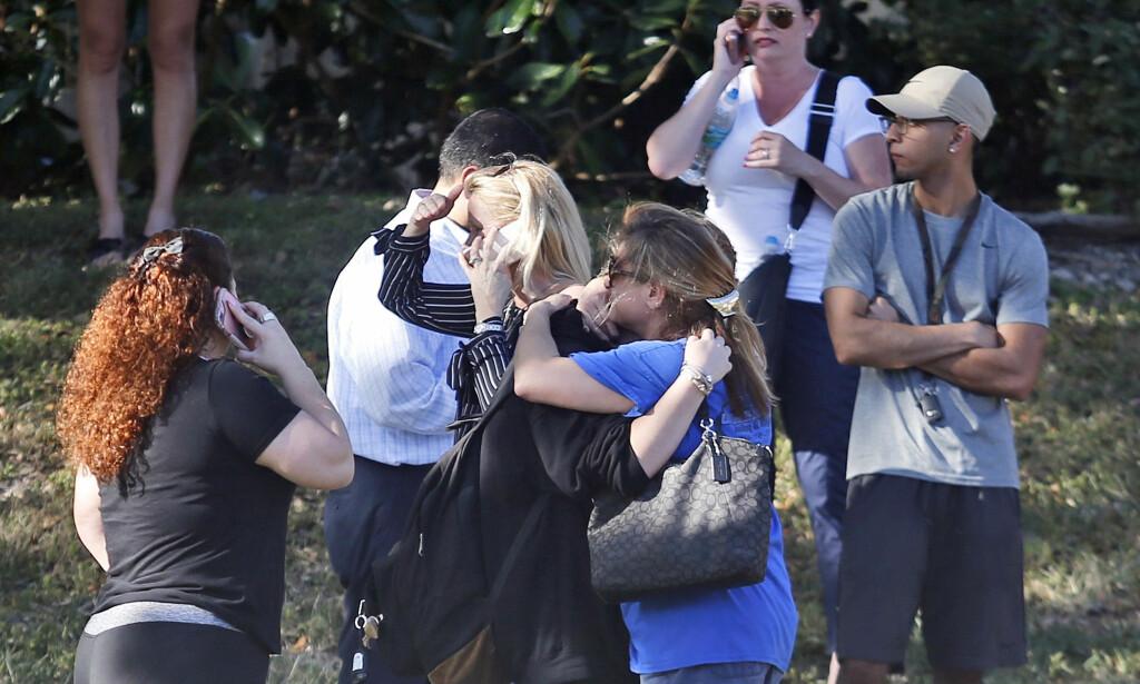 VENTER: Engstelige familiemedlemmer venter på nyheter om sine barn ved Douglas High School etter at det ble meldt om skyting ved skolen i dag. Foto: Scanpix