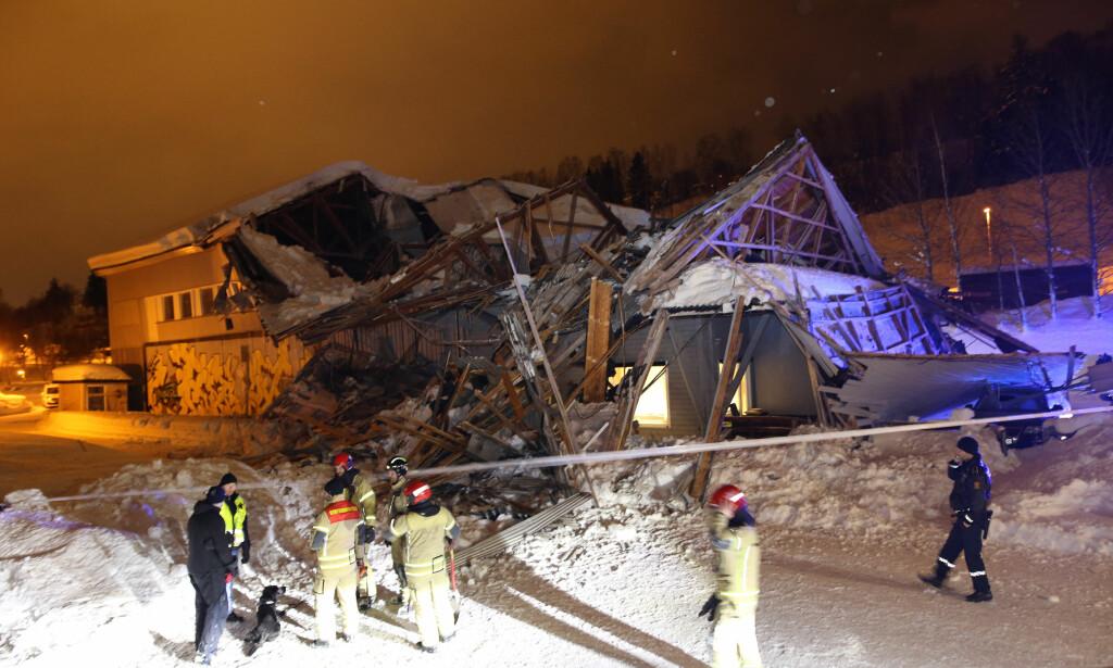 RASTE SAMMEN: Mannskaper fra nødetatene foran huset som raste sammen på Lillehammer camping onsdag kveld. Foto: Geir Olsen / NTB scanpix