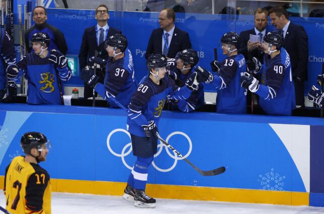 FIRE POENG: Eeli Tolvanen blir gratulert av lagkameratene etter sin scoring mot Tyskland. Den finske 18-åringen noterte seg for en scoring og tre assists i sin mesterskapsdebut. Foto: Brian Snyder / Reuters / NTB Scanpix