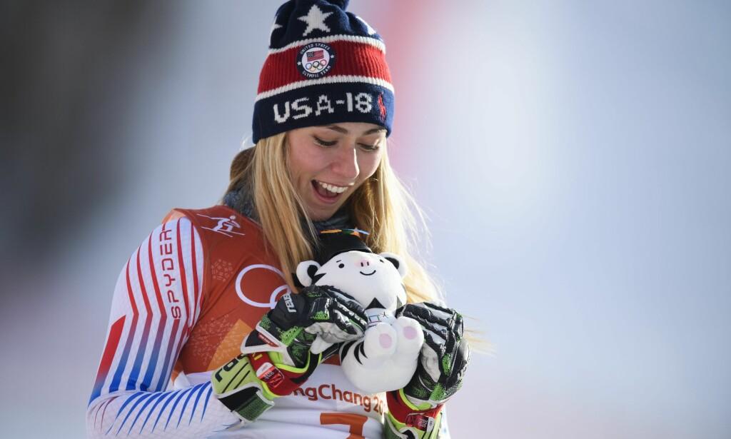 SUVEREN: Mikaela Shiffrin tok sitt andre OL-gull i kvinnenes storslalåm torsdag. Nærmest var Ragnhild Mowinckel. Foto: NTB Scanpix