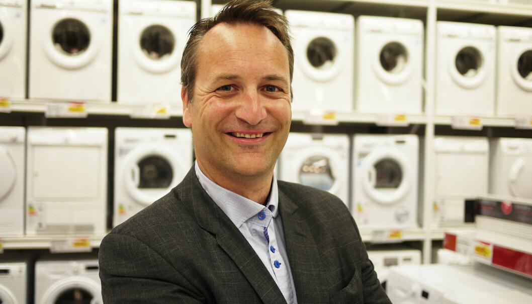 <strong>MINDRE MOMS:</strong> Administrerende direktør Jan Røsholm i Elektronikkbransjen mener at lavere merverdiavgift er veien å gå for å oppnå lavere priser på reparasjoner. Foto: Elkjøp/Creative Commons