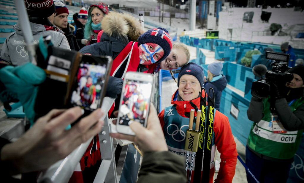 GULLGUTT: Johannes Thingnes Bø tok sitt første OL-gull på normaldistansen 20 km. Her er Bø sammen med Lars og Julie Justine Johansen-van der Hagen. Foto: Bjørn Langsem / Dagbladet