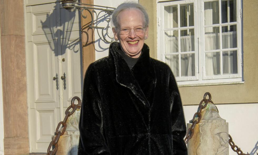 SMILER ETTER SORGEN: Dronning Margrethe av Danmark mistet ektemannen sin tirsdag kveld. Da hun onsdag viste seg og kikket på blomsterhavet, var det derimot ingen sorg å skimte hos dronningen. Foto: Martin Høien/Billedbladet