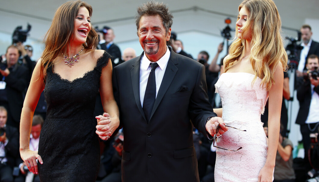 MOR OG DATTER: Camilas mor Lucila (t.v.) har i mange år vært kjæreste med Al Pacino. Her er trioen på den røde løperen sammen i 2014. Foto: NTB scanpix