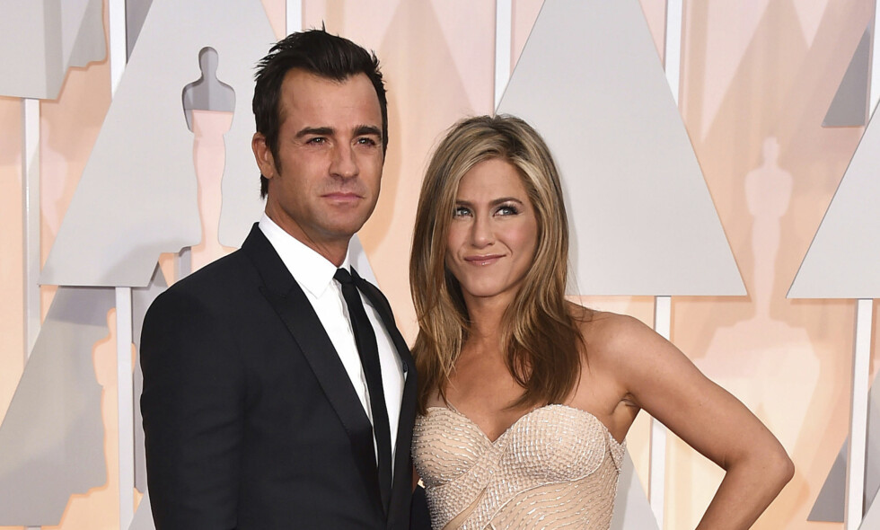 SKILLES: Justin Theroux og Jennifer Aniston under Oscar-utdelingen i Los Angeles i fjor. Skuespillerparet annonserte torsdag kveld at de skiller seg. Foto: NTB scanpix