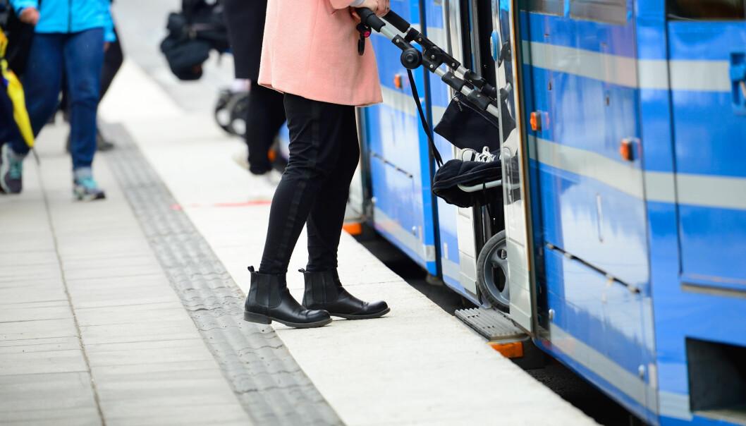 BARNEVOGN PÅ BUSS: Mange lar derfor babyen eller små barn ligge i vogna under hele bussturen. I bybusser med ståplasser er det lovlig, men likevel ikke helt risikofritt. FOTO: NTB Scanpix