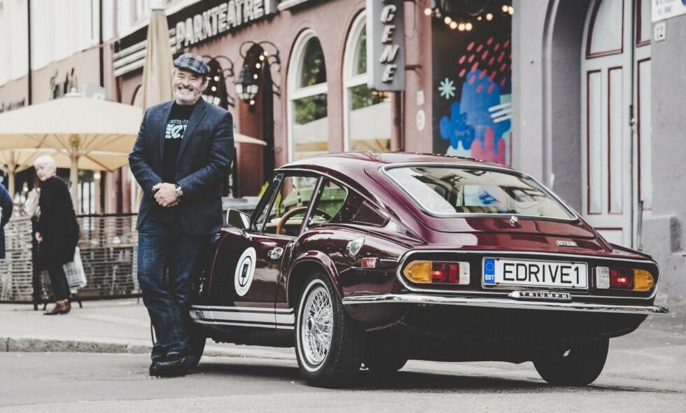 """MILJØ-VETERAN : På beste Grünerløkka viser elektroingeniør og IT-konsulent Michael M. Richardson, ex. Silicon Valley og New York, i dag Estland og Finland, frem sin """"førstefødte"""", Triumph GT6 EV, født første gang i 1972 og gjenfødt som elbil i 2015."""