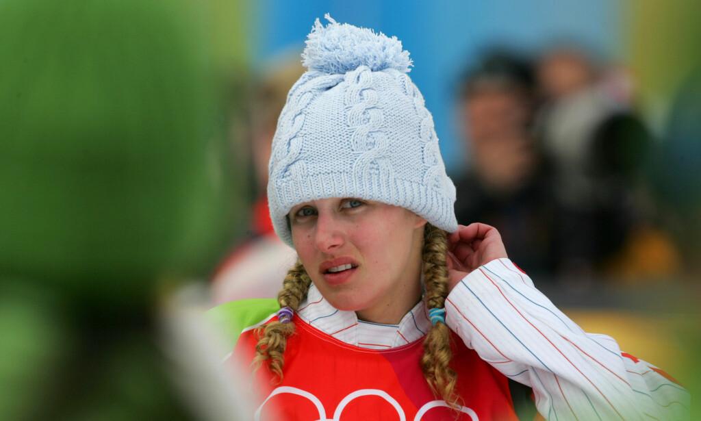 FALT FRA GULLET: Lindsey Jacobellis ledet klart og skulle showe litt før hun kjørte inn til OL-gull. Den planen endte rett og slett i katastrofe. Foto: AP Photo/Peter Dejong