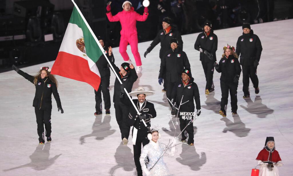 PENT ANTRUKKET: Madrazo var kledd i Mariachi-drakt for anledningen da han bar det meksikanske flagget under åpningsseremonien. Foto: REUTERS/Kim Kyung-Hoon/NTB Scanpix
